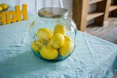 Szklany słój z cytrynami jest na stole zdjęcia stock
