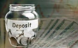 Szklany słój z monetami i inskrypcją «depozyt « Kwota przenosząca osobą pieniądze kredytowa instytucja w rozkazie obrazy stock