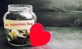 Szklany słój z pieniądze i walentynka dniem wpisowym « «akumulacja pieniądze dla wakacje Oszczędzania na zakupie obraz stock