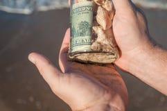 Szklany słój z pieniądze w ręce Zdjęcie Royalty Free