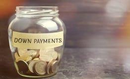 Szklany słój z słowo puszka zapłatami Zapłata używać w kontekście zakupu drogie rzeczy tak jak samochód i dom, zdjęcie stock