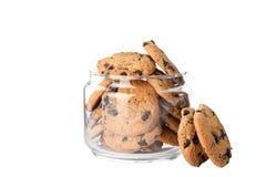 Szklany słój z smakowitymi czekoladowego układu scalonego ciastkami fotografia stock