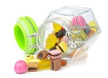 Szklany słój mieszani cukierki Zdjęcia Stock