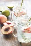 Szklany słój wapno woda z plasterkami brzoskwinia Obraz Royalty Free