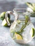 Szklany słój wapno woda z ziele Obraz Stock