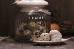 Szklany słój z przepiórek jajkami Zdjęcia Royalty Free
