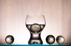 Szklany stemware i sfery Zdjęcia Royalty Free