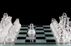 Szklany szachy i pierwszy ruch Obrazy Royalty Free