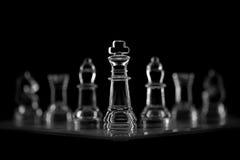 Szklany szachy na czarnym beckground Zdjęcia Stock