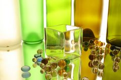 Szklany sześcian I szklane piłki zdjęcia royalty free