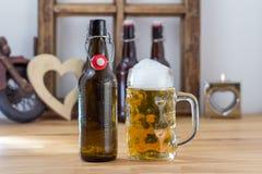Szklany tankard zazębiony piwo z butelką Zdjęcie Royalty Free