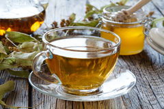 Szklany teapot i filiżanka z zieloną herbatą na starym drewnianym stole Obrazy Stock