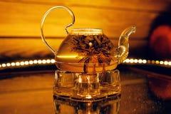 Szklany teapot z gorącą herbatą i lotosowym kwiatem Obrazy Stock