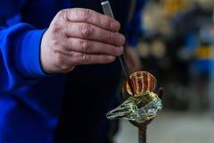 Szklany wykonuje ręcznie pracownik robi szklanej pamiątce obraz stock