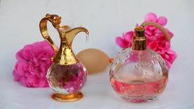 Szklanych pachnidło butelki wody kropel złocisty dzbanek kwitnie hd zbiory wideo