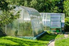 Szklarnia lub glasshouse na podwórku zdjęcie stock