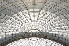 Szklarniana symetryczna kopuła wyginająca się struktura widzieć spod spodu zdjęcia royalty free