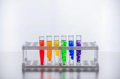 szklisty Próbne tubki z barwiącym cieczem reakcja chemiczna Nauka chemia przy szkołą fotografia royalty free