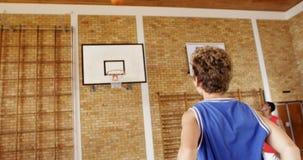 Szkoła średnia dzieciaki bawić się koszykówkę zdjęcie wideo