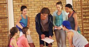 Szkoła średnia dzieciaki dyskutuje plan gry zbiory