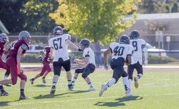 Szkoła średnia gracze futbolu na polu Zdjęcie Stock