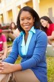 Szkoła Średnia nauczyciel Siedzi Outdoors Z uczniami Na kampusie Obrazy Stock