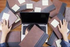 Szkoła średnia ucznia dosypianie nad laptop Obrazy Stock