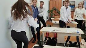 Szkoła średnia ucznie bawić się gemowego bieg w ich klasie zbiory wideo