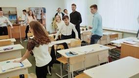 Szkoła średnia ucznie bawić się gemowego bieg w ich klasie zdjęcie wideo