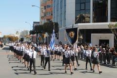 Szkoła średnia ucznie bierze udział w paradzie zdjęcie royalty free