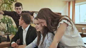 Szkoła średnia ucznie intrygują zadaniem przy komputerem Rosjanin szkoła zbiory