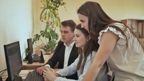 Szkoła średnia ucznie intrygują zadaniem przy komputerem Rosjanin szkoła zbiory wideo