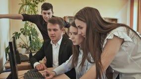 Szkoła średnia ucznie intrygują zadaniem przy komputerem Rosjanin szkoła zdjęcie wideo