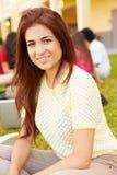 Szkoła Średnia ucznie Studiuje Outdoors Na kampusie Fotografia Stock