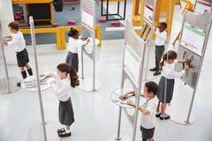 Szkoła żartuje robić nauka testom przy nauki centre obrazy royalty free
