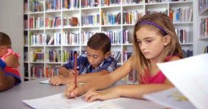 Szkoła żartuje rysunek w książce w sala lekcyjnej zbiory wideo