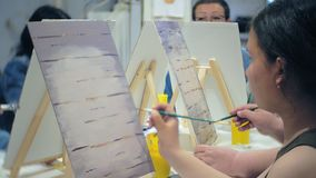 Szkoła artystyczna, twórczość i ludzie pojęć, - grupa ucznie z sztalugami, paintbrushes i paletami, maluje wciąż życie zbiory