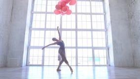 Szkoła baletowa Ballerina tańczy z różowymi kulkami zdjęcie wideo