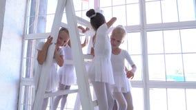 Szkoła baletowa Małe baleriny tańczące z różowymi kulkami zbiory