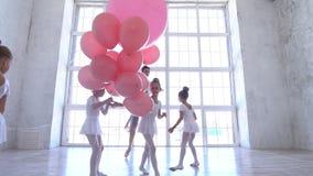 Szkoła baletowa Małe baleriny tańczące z różowymi kulkami zbiory wideo