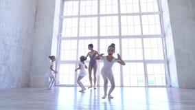 Szkoła baletowa Małe baleriny uczą się tańczyć Piękny widok zdjęcie wideo