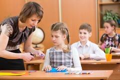 Szkoła dzieciaków praca przy lekcją Fotografia Royalty Free