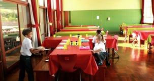 Szkoła dzieciaki ma lunch w bakłaszce zbiory