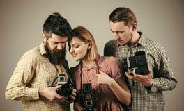 Szkoła fotografia Mężczyzna, kobieta na skoncentrowanych twarzy spojrzeniach przy kamerą, popielaty tło Mężczyzna w w kratkę odzi Zdjęcia Stock