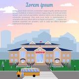 szkoła, klasyka lekki beżowy ceglany dom z błękita dachem, zegar, flaga, gazon i autobus szkolny, royalty ilustracja