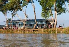 Szkoła państwowa wzdłuż Inle jeziora w Myanmar Zdjęcie Stock