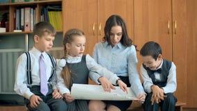 Szkoła podstawowa nauczyciel i zbiory wideo