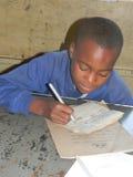 Szkoła podstawowa ucznia writing przy szkołą Obrazy Royalty Free