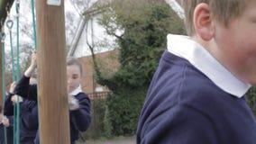 Szkoła Podstawowa ucznie Na Wspinaczkowym wyposażeniu zbiory wideo