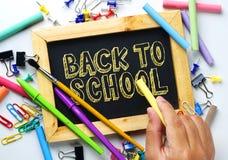 szkoła się tekst Ręki mienia kreda Drewnianej ramy blackboard fotografia royalty free